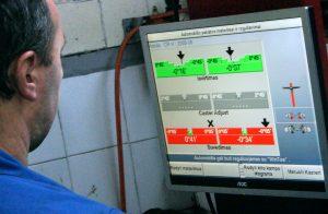 Klient ma możliwość obserwowania pracy mechanika przy regulacji geometrii i wyświetlanych na bieżąco kątów na ekranie udostępnionym w serwisie Fot. Marian Paluszkiewicz