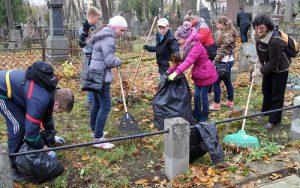 Sprząta klasa 6 z wychowawczynią Maryną Taraszkiewicz<br/>Fot. Marian Paluszkiewicz