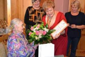 Mer, wręczając dyplom i prezent samorządu, życzyła wielodzietnej matce zdrowia i opieki bożej na długie lata