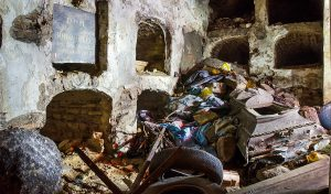 W kaplicy leżały stare opony, butelki po alkoholu z czasów sowieckich, puste puszki po konserwach, stosy łachmanów Fot. Donatas Žvirblis