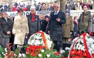 Przedstawiciele polskiej placówki dyplomatyczno-konsularnej w Wilnie wraz z delegacjami polskich organizacji społecznych złożyli kwiaty na cmentarzu na Rossie                     Fot. Marian Paluszkiewicz