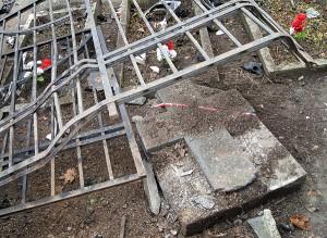 Podczas wypadku zniszczono znajdujący się za ogrodzeniem pomnik jednego z legionistów Fot. Marian Paluszkiewicz