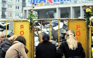 Pogrążeni w żałobie ludzie składają na miejscu tragedii kwiaty i znicze<br/>Fot. ELTA