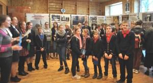 """Uczniowie licznie uczestniczyli podczas otwarcia wystawy Fotograficznej """"Otwórzcie drzwi Chrystusowi"""" w ich szkole"""
