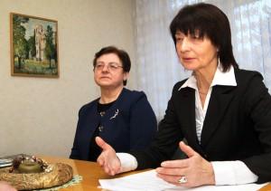 Wanda Jarmałkowicz (od prawej) oraz Alina Komar opowiadają o aktualiach szkoły Fot. Marian Paluszkiewicz