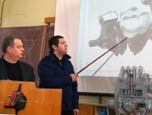 Pod kierownictwem Romualda Sadkiewicza (od lewej) uczniowie zapoznają się z teorią mechaniki Fot. Marian Paluszkiewicz