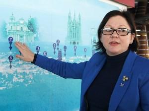 Gražina Junevičienė zaznaczyła, że jedną z ulubionych atrakcji odwiedzających jest porównywanie panoramy za oknem do obiektów, na dużej mapie miasta Fot. Marian Paluszkiewicz