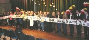 Foto1: Uczniowie połączyli swe prace o tematyce powstańczej w jedno, tworząc ogromny plakat, który opasał aulę Domu Kultury Polskiej