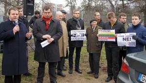 """W przededniu posiedzenia zorganizowano przy samorządzie wiec, w którym wzięli udział nie tylko działacze i zwolennicy osławionej """"Vilniji"""", """"Rytasa"""" itp., ale też posłowie Fot. Marian Paluszkiewicz"""