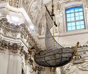Kryształowy żyrandol w formie łodzi Piotrowej Fot. Marian Paluszkiewicz