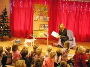 """Historii """"Trzech świnek"""" dzieci słuchały z uwagą i z zaciekawieniem"""