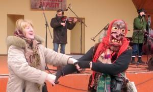 Przebierańcy w maskach porywali do tańca Fot. Anna Pieszko