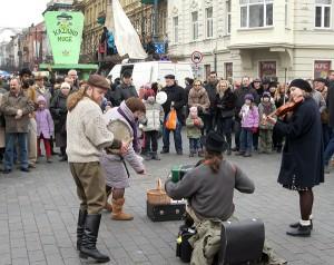 Odwiedzający chętnie oglądali liczne występy muzykantów ulicznych Fot. Marian Paluszkiewicz