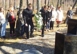 Na grobie J.K. Obsta uczniowie złożyli wiązankę i zapalili znicze