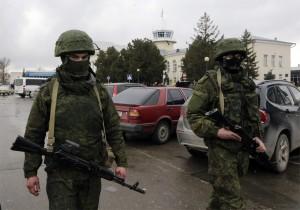 Rosyjscy żołnierze już są na ulicach krymskich miast, choć oficjalnie Rosja dopiero rzygotowuje się do inwazji na Krym    Fot.EPA-ELTA