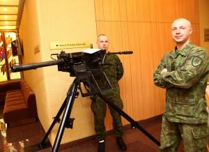 W sejmowej Galerii Witrażu otwarto ekspozycję broni i ekwipunku Wojska Litewskiego Fot. ELTA