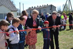 Uroczystego przecięcia wstęgi w gminie Mariampol dokonali: mer Maria Rekść, starosta Andrzej Żabiełowicz oraz najmłodsi mieszkańcy gminy