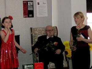 10-letnia piękna Zuzia zaśpiewała dla laureatki — Marty Brassart (od prawej) Fot. Teresa Markiewicz