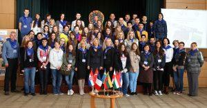 Uczestnicy międzynarodowego projektu z 8 krajów w pełnym składzie w gościnnych progach Wileńskiej Szkoły Średniej w Lazdynai  Fot. Bożena Paskowskaja