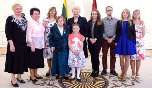 Na uroczystym przyjęciu w pałacu prezydenckim pani Janinie towarzyszyli jej cztery córki, wnuk, dwie wnuczki i prawnuczka Karina Fot. Robertas Dačkus