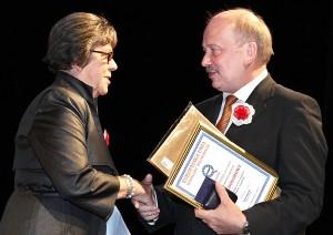 Helena Miziniak wręczyła Dyplom Uznania i Złotą Odznakę Zjednoczenia Polskiego w Wielkiej Brytanii prezesowi ZPL Michałowi Mackiewiczowi Fot. Marian Paluszkiewicz