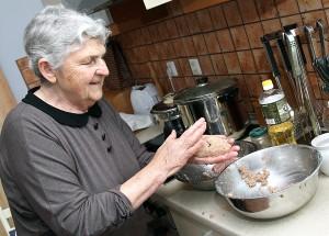 Babcia znajduje czas na książki, rozwiązywanie krzyżówek, no i na zrobienie cepelinów dla rodziny i dla każdego, kto do ich gościnnego domu wstąpi Fot. Marian Paluszkiewicz
