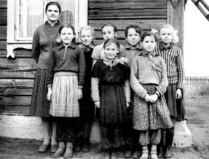 Helena Kuzborska jako młoda nauczycielka ze swymi uczniami Fot. archiwum