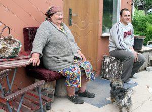 Franciszkę Jaglińską zastajemy w domu wraz z synem Henrykiem Fot. Marian Paluszkiewicz