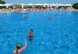 Kilka basenów — otwarte i kryte, kluby, rozrywki... Wczasowicze mogą nawet poza teren hotelu nie wyjść Fot. archiwum
