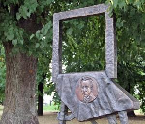 Metalowa sztaluga w pobliżu katedry Fot. Marian Paluszkiewicz