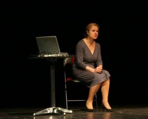 """Scena z monodramatu """"Elizabeth Watson ― Cichociemna"""". Występuje Teresa Stępień-Nowicka Fot. archiwum"""