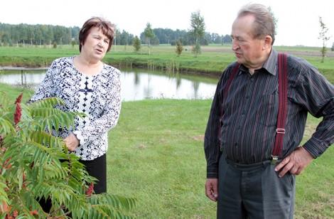 Stefania i Leonard na swej rodzimej posesji<br>Fot. Marian Paluszkiewicz