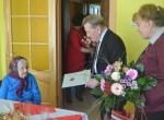 Szanownej Jubilatce z okazji 100-tnych urodzin swoje gratulacje i życzenia złożyli przedstawiciele Administracji Samorządu Rejonu WileńskiegoFot. Jan Lewicki