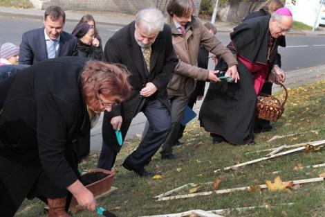 Każdy chciał  posadzić choć jedną cebulkę żonkila przy wileńskim Hospicjum Fot. Marian Paluszkiewicz
