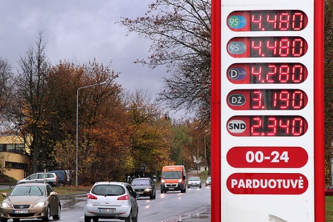 W odróżnieniu od liści spadających z jesiennych drzew spadające ceny paliw cieszą oko każdego kierowcy    Fot. Marian Paluszkiewicz