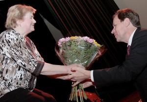 Podziękowania dla lidera AWPL za obronę praw mniejszości narodowych na Litwie przekazała Paulina Mielko, prezes Stowarzyszenia Katolickiego Fot. Marian Paluszkiewic