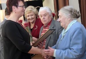 Dyrektor Edyta Zubel uhonorowała najstarszych zasłużonych absolwentów szkoły Fot. Marian Paluszkiewicz