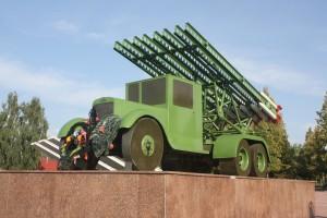 """Pod Orszą Rosjanie po raz pierwszy w 1941 r. użyli słynne """"katiusze"""", o czym świadczy ustawiona nad Dnieprem makieta ciężarówki Fot. archiwum"""