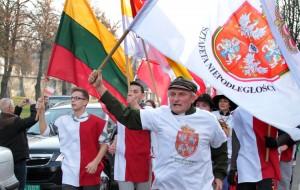 W południe na Rossę dotarli uczestnicy XX Sztafety Niepodległości z ks. hm. Dariuszem Stańczykiem na czele Fot. Marian Paluszkiewicz