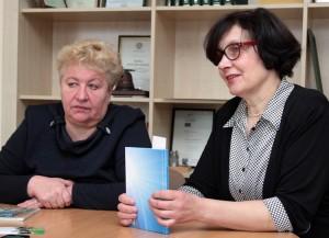 Lituanistka Aldona Pažusienė (od lewej) i p.o. dyrektora Laima Baronienė