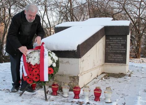 Stanisław Cygnarowski złożył wieniec przy pomniku w miejscu powstańczej bitwy na Wzgórzu Ponarskim          Fot. Marian Paluszkiewicz