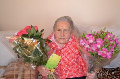 Z okazji 100 urodzin nie zbrakło uścisków, kwiatów i życzeń, w których głównym motywem było zdrowie     Fot. Jan Lewicki