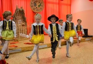 Dzieci przedstawiły swój program prezentując tańce i pieśni patriotyczne