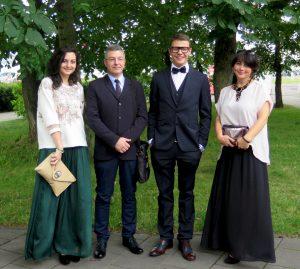 Cała rodzina w komplecie: tuż po wręczeniu świadectwa maturalnego Łukaszowi Fot. z albumu rodzinnego