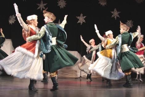 Barwne stroje, zawodowe wykonanie tańców dały piękny obraz sceniczny Fot. Marian Paluszkiewicz