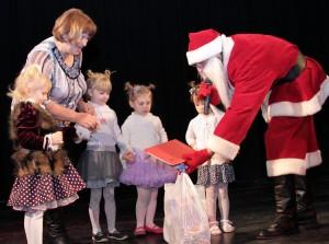 Wszystkie dzieci w nagrodę za popisy artystyczne otrzymały słodycze od Mikołaja Fot. Marian Paluszkiewicz
