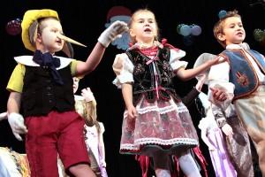 Zadziwiała werwa, z jaką maluchy wykonywały tańce ludowe Fot. Marian Paluszkiewicz