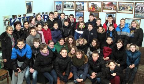 """Liczne grono uczniów z Ławaryszkek – 36 osób - odwiedziło redakcję """"Kuriera Wileńskiego""""    Fot. Marian Paluszkiewicz"""