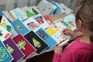 Na każdej z nich inny rysunek, ale treść  ta sama — bożonarodzeniowe marzenie Fot. Marian Paluszkiewicz
