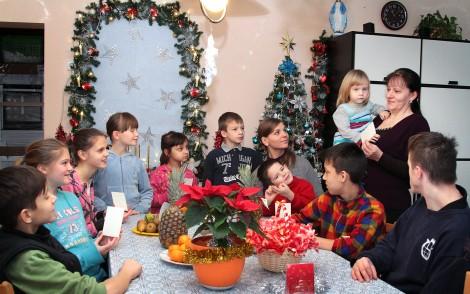 Do świątecznego bożonarodzeniowego stołu dzieci siadają wraz ze swą opiekunką Fot. Marian Paluszkiewicz